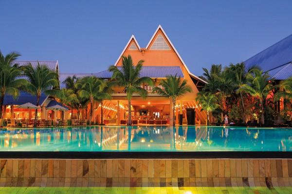Beachcomber Hotels & Resorts; Mauritius; Île Maurice; Le Victoria Hotel; 4+_star; Travel; Voyage; Tourism; Tourisme; Holiday; Vacation; Congé; Vacances; All-inclusive; Sunset; coucher de soleil; Poolside; Bord de la piscine; Pool; Piscine; Service;